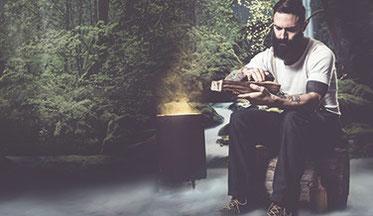 Matthäus Tschuchnigg - Betrachtet Obstholz neben seiner Räucherstelle