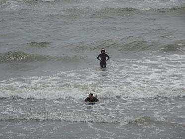 初めは腹ばいで波に押してもらう感じを分かってもらいます。カメラマンはSTMちゃん
