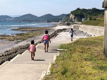 学校早く終わり、お天気だから、海遊び~だって!