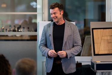Zauberer in Frankfurt - Sebastian Sener - begeistert Ihre Gäste auf sehr hohem Niveau mit seiner Zauberei - und Mentalshow in Frankfurt. Mit seiner neuen Hypnose Show sprengt er wieder alle Gesetze des menschlichen Verstandes und macht alle sprachlos.