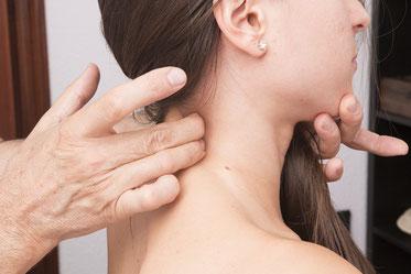 Frau wird behandelt wegen CMD am Nacken, Schulter und Kiefergelenk