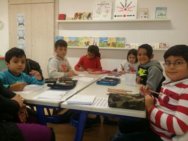 Mohamed, Hussein, Rim, Sudenaz, Emanuel, und Homam im Montessoriraum