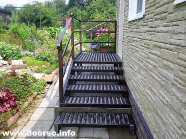Крыльцо из металла, уличная лестница к дому.