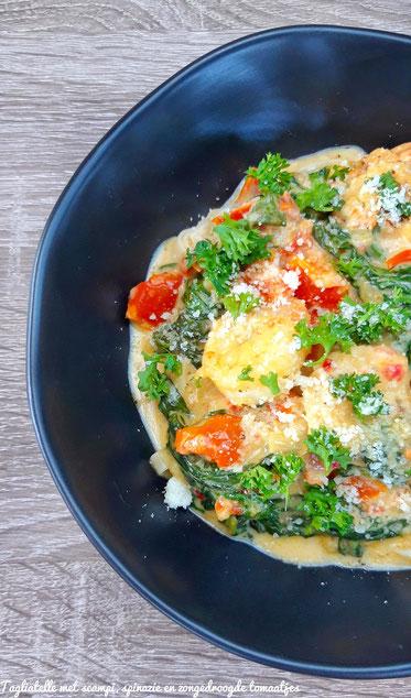 Tagliatelle met scampi, spinazie en zongedroogde tomaten