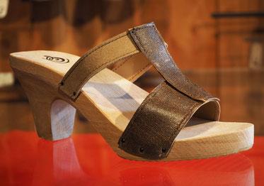 sabot-sandale d'été à talon, semelle bois et dessus formé par trois lanières dans des tons de beige et de marron