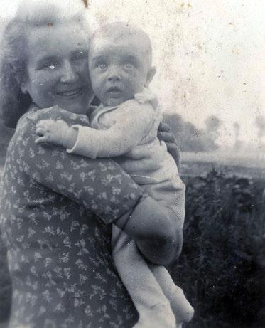 Meine Mutter mit mir im Sommer 1944
