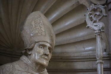 In der Willibaldswoche pilgern viele Gläubige zum Grab des heiligen Willibald im Eichstätter Dom. pde-Foto: Geraldo Hoffmann