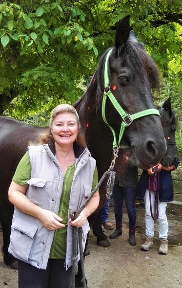 Doris Frieden, dipl. Tierheilpraktikerin mit Friesenstute Sirj