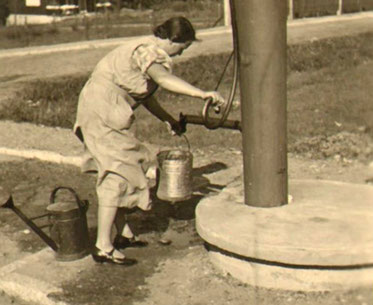 Hand-Schwengel-Pumpe, Historisches Foto Heimatverein Liegau-Augustusbad