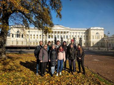 Buxtehuder Jugendleiter - herbstliches Sonnenwetter in St. Petersburg - das Russische Museum im Hintergrund - Foto: SJR