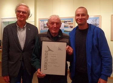 Jörg Schwabe (m.) mit NABU Landesvorsitzendem Friedhelm Schmitz-Jersch (l.) und Regionalverbandsvorsitzendem Tom Kirschey