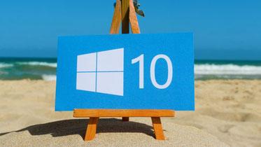 Microsoft Windows 10 Logo auf einer Staffelei am Strand
