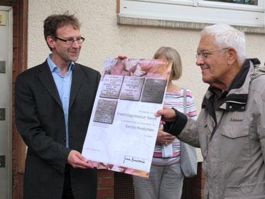 Kursleiter Herr Neumann und Jochen Boczkowski mit der Urkunde für die Familie Mondschein