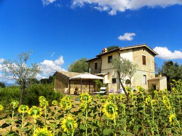 Due appartamenti in una bella e tipica casa rurale in pietra umbra.