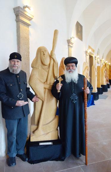 Gunter Schmidt-Riedig mit Bischof Damian vor dem Fährmann (Symbol für das Mönchtum). Foto: Daniela Rutica