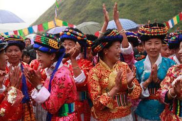 Mujeres mosuo vestidas con el atuendo de gala tradicional