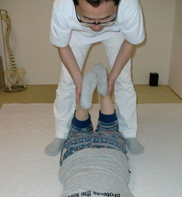 両膝を曲げてバランスを診る検査で、腰痛、座骨神経痛などの原因がわかります