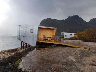 Stylische Cabins eines Boutique Hotels auf dem kargen Felseiland Manshausen auf Senja, Nordnorwegen