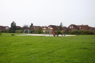 Großer Spielplatz mit viel Wiese