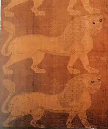 Purpurfarbenes Seidengewebe mit eingewebten Löwen in einem helleren Ton