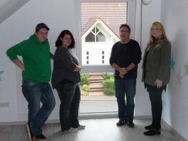 Die Bauherren Matthias Schwarz und Xenia Görg mit Bauleiter Urban Kreutzer und Bauherrenfachberaterin Carolin Lambert bei der Hausübergabe.