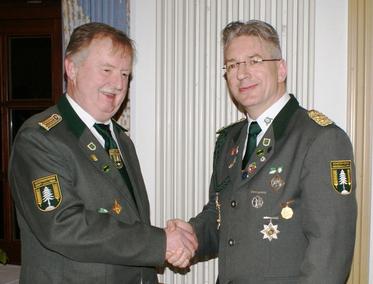 Mario Glyschewski (r.) dankt Peter Raufer (l.) für seine Einsatz.  Foto E. Jäger