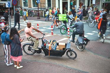 Ein Handwerker mit einem praktischen Lastenrad für den Transport seiner Werkzeuge