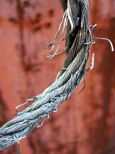 Bei diesem durchgescheuerten Drahtseil sind die einzelnen Drähte sichtbar. Solch ein Seil muss sofort ersetzt werden