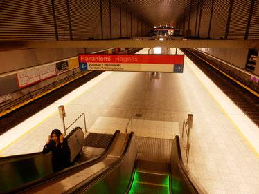 日中の地下鉄は人が少ないです ハカニエミ駅
