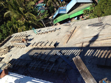 資金不足で、建設が中断された校舎の2階部分