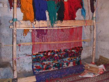 村の女性達は、伝統的な技法で羊の毛を染め、頭の中にあるデザインを思い描きながら絨毯を織り上げていきます。サフィ―ヤ モロッコ