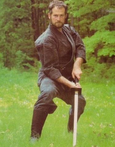 """Típico ninjato y atuendo que popularizó el """"boom"""" ninja."""