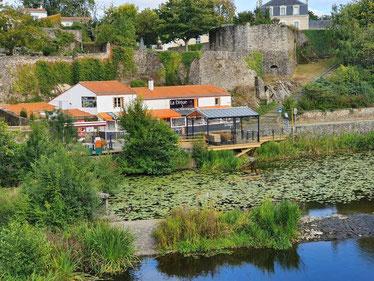 Restaurant de La Digue, au bord de l'eau. Accrochage de tableaux