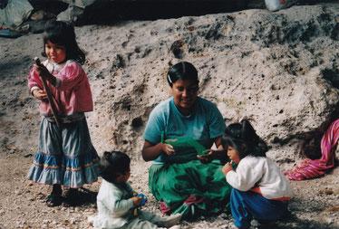 Tarahumara-Familie in einer Wohn-Höhle