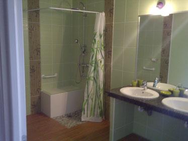 salle de bain avec douche à l'italienne et wc chambre jade au rdc accessible fauteuil roulant