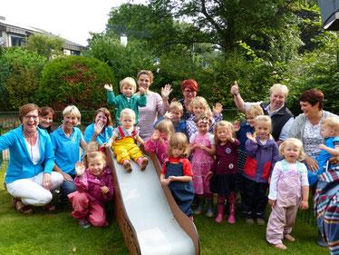 Bordesholmer LandFrauen spenden für eine U3-Rutsche für den Kindergarten im Birkenweg