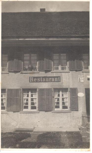 """Zur """"Sonne"""" gehörte auch ein Landwirtschaftsbetrieb (inkl. Miststock). Postkarte um 1935"""
