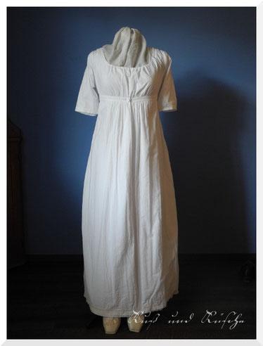 Schlichtes weißes Empire-Kleid aus Baumwolle.