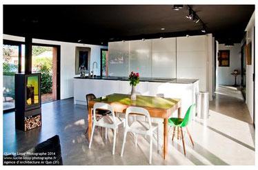 cuisine intérieur design toulouse ilot central mur de colonne laque blanche plan de travail noir