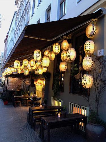 Beleuchtete Terrasse in der Aussengastronomie
