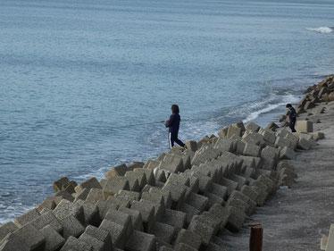 とぉちゃんもSK8のつもりだったのか、海を見てすぐ釣りへ!!