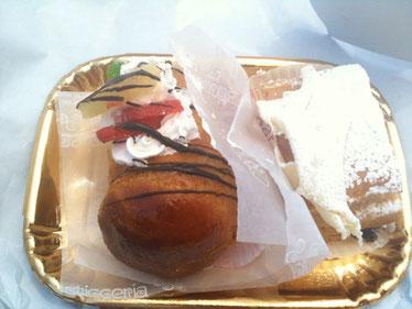 ナポリ名物ババ♪ホテルの近くに美味しいお店があって、お菓子や惣菜を買って温泉プールで食べてました。