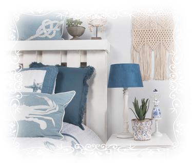 Schlafzimmer, Lampe, Nachttischlampe, Schmuckhalter, Schmuckständer, Blumentopf, Blume, Pflanze, Bett, Kissen, blau, weiß