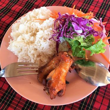 freaky finance, freaky travel, Hähnchen, Reis und Salat, Teller, Besteck