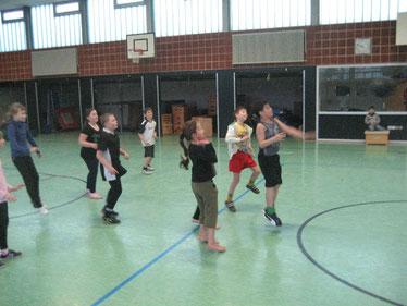 Keine Angst vor der Volleyballblase hatten die Mädchen und Jungen der dritten Klasse