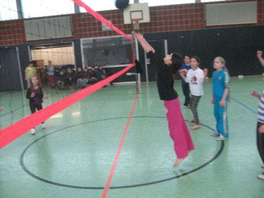 Flott eingepritscht: Mit vollem Einsatz wird die Volleyballblase ins Spiel gebracht
