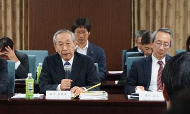 大学の代表として発言する 吉田美喜夫総長(左)と市川正人副総長(右)