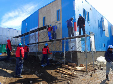足場作業。ご覧のとおり外壁がかなり傷んでいるので、その張替えのために足場を組んだ。素人が大人数でなれない作業を行う。しかも足場は比較的重いものを扱い、高所作業もある。リスクマネジメント的には、野外調査に負けず劣らず注意が必要な現場だ。