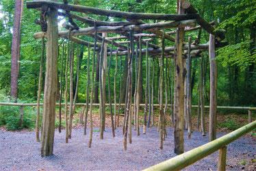 Sich durch Stangen schlängeln auf dem Walderlebnispfad Sinneswandeln im Gramschatzer Wald