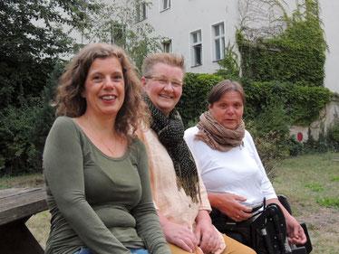 Auf dem Foto sind die Autorinnen Ilka Haederle, Doris Bewernitz und Andrea Lauer zu sehen. Sie sitzen in einer Reihe auf eier Bank, sehen in die Kamera und lächeln.